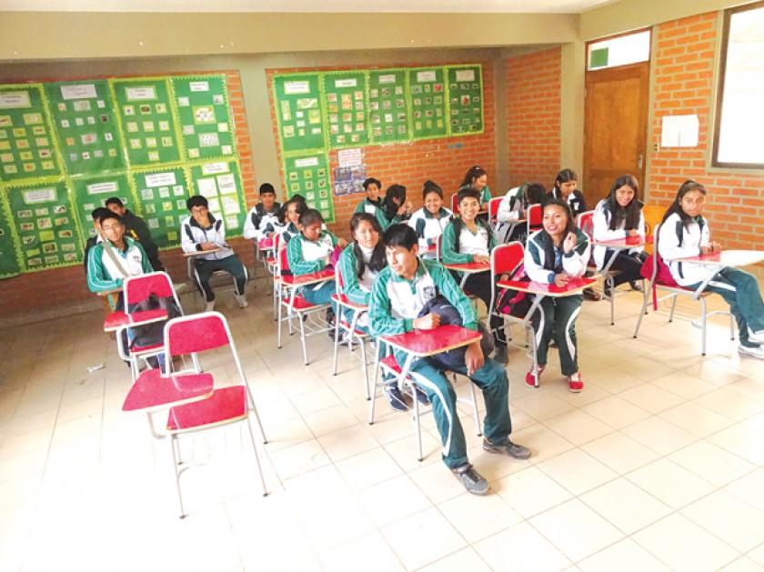 PROVISIONAL. Estudiantes de secundaria de la unidad educativa Aniceto Arce pasan clases en el colegio Josefina Goitia, e