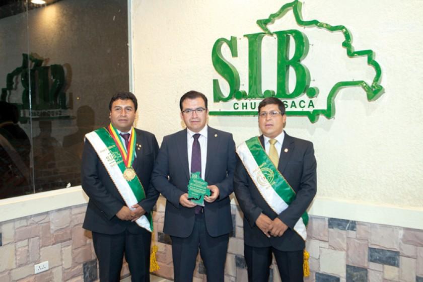 Gustavo Pereira(presidente de la SIB Chuquisaca), Juan Carlos Rojas y Álbaro Churruarrín (presidente del Colegio de Inge