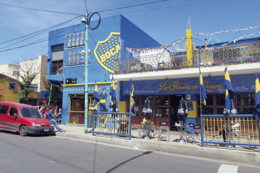 Arriba, una vista de una calle aledaña a La Bombonera
