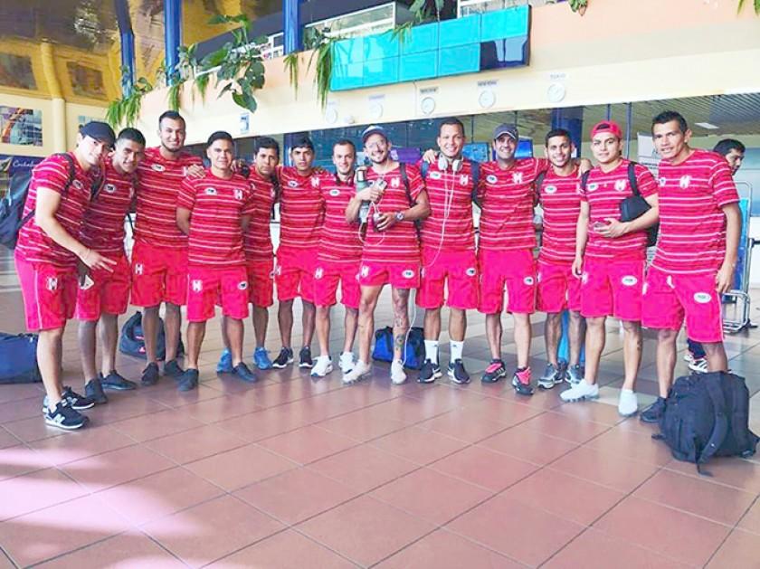 Parte del equipo capitalino de Independiente durante su escala en Cochabamba