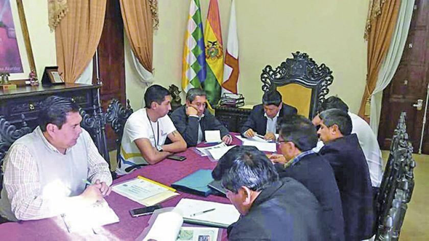 El ministro de Deportes, Tito Montaño, en una visita a Sucre.