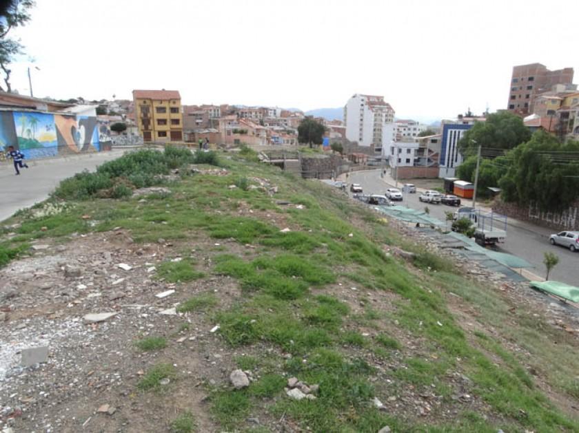 BASURA. En los terrenos baldíos se acumulan todo tipo de desechos.