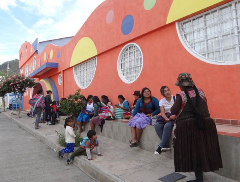 DIFICULTADES. Las madres del kinder Ovando esperan para evitar largos viajes a sus hogares.