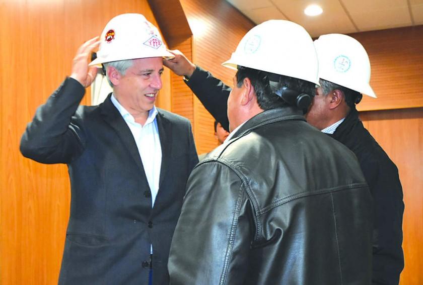LA PAZ. El Segundo Mandatario del país habló del doble aguinaldo tras reunirse con el sector petrolero.