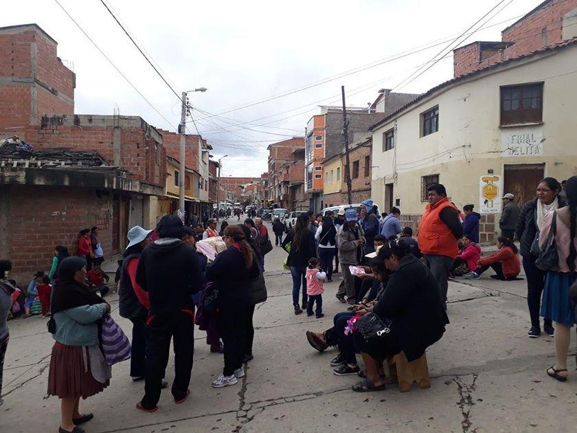 El bloqueo de padres de familia en la zona de San Juanillo del Mercado Campesino en Sucre. FOTO: CORREO DEL SUR