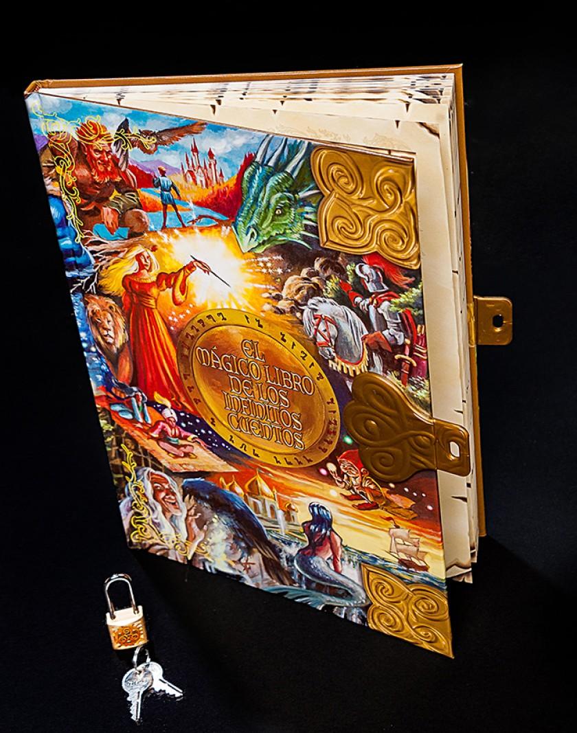 El libro con el candado abierto listo para ofrecer un relato especial y único.
