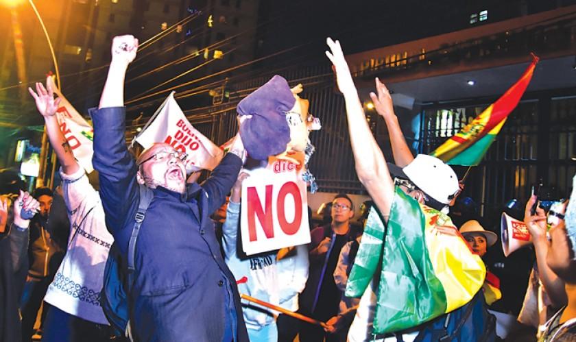 LA PAZ. La decisión del Tribunal Supremo Electoral, de habilitar al binomio del MAS para las elecciones, derivó en prote
