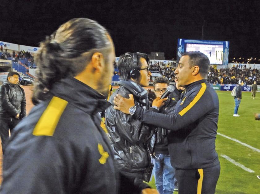 El DT César Farías tuvo un roce con la prensa al final del partido.