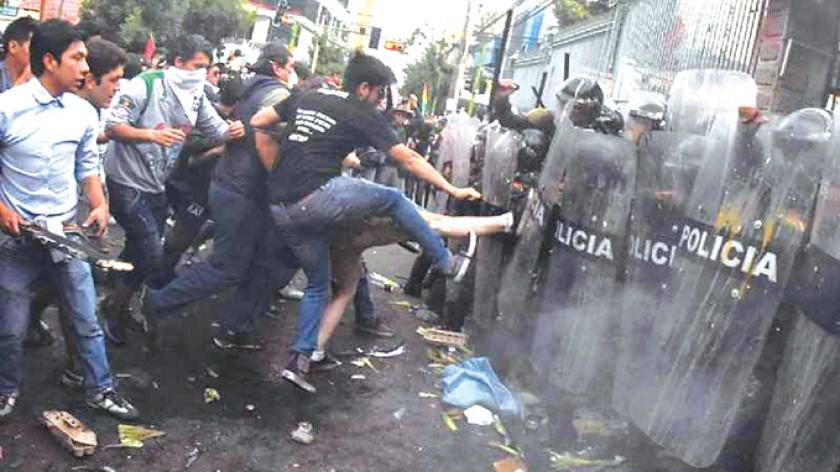 LA PAZ. La violencia se desbordó y provocó choques entre manifestantes y efectivos policiales