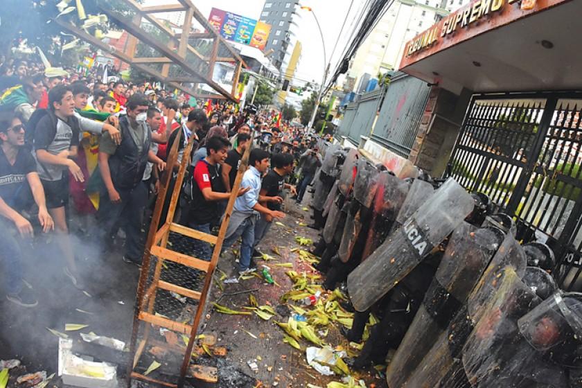 LA PAZ. Los policías que resguardaban el TSE, blanco de las protestas por la habilitación de Evo, soportaron el ataque d