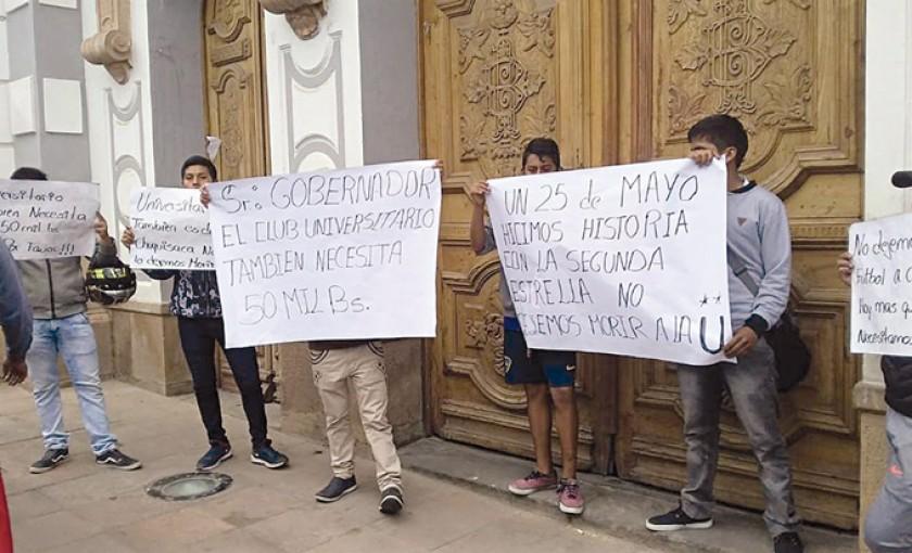 Protesta de los hinchas frente a la Gobernación