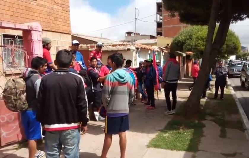 Hinchas de Universitario se concentran en la avenida de Las Américas para despedir al equipo. Foto: Gentileza