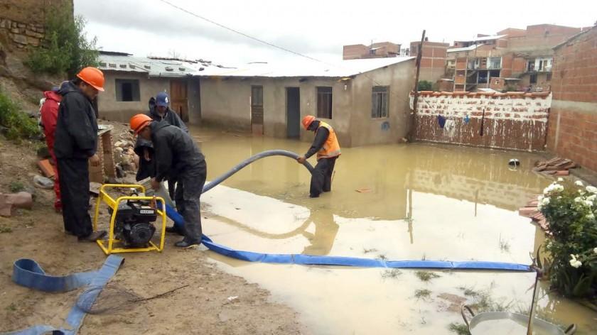 BOLSAS. Sumideros tapados por escombros causaron la inundación de una vivienda.
