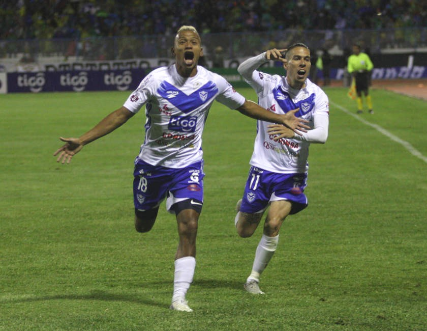 Reinoso y Sanguinetti celebranel gol