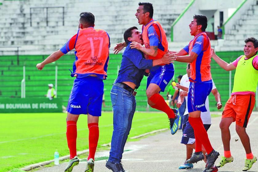 El festejo del cuerpo técnico y la banca de suplentes tras el gol capitalino.