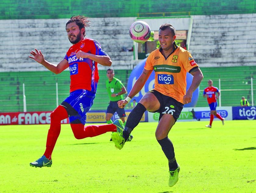 """Adriel Fernández (i) fue uno de los jugadores destacados en el """"docto""""."""