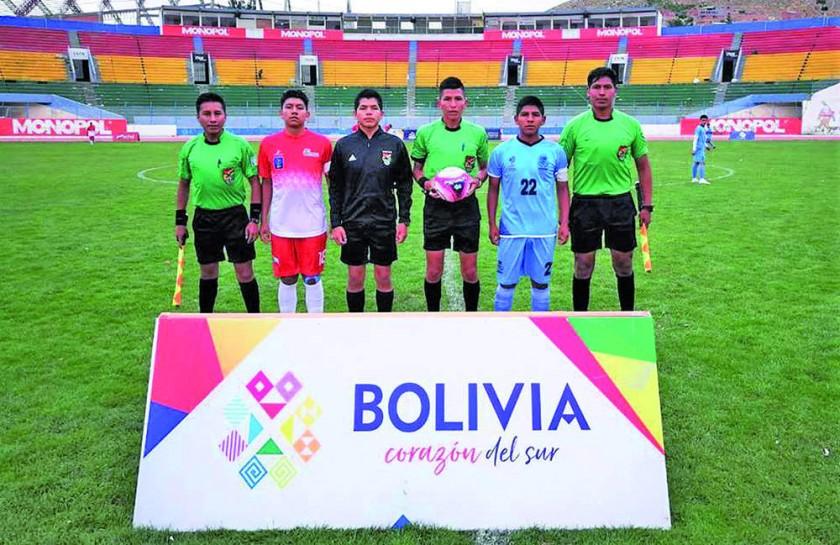 Los capitanes de las selecciones de Chuquisaca y Oruro en la previa del partido que jugaron ayer en el Jesús Bermúdez.