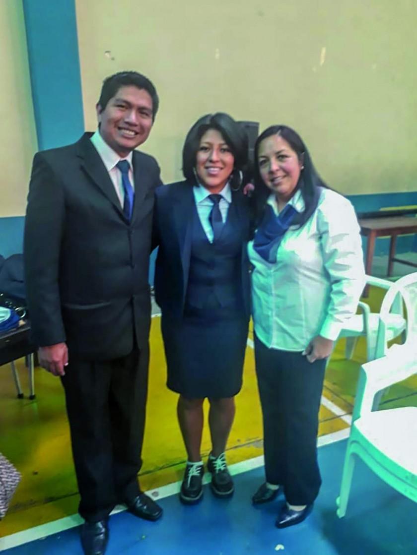 Los padrinos de la Promoción: Iber Veizaga y Norihan Campos, junto a la bachiller Vanessa Abiagail Delgadillo.