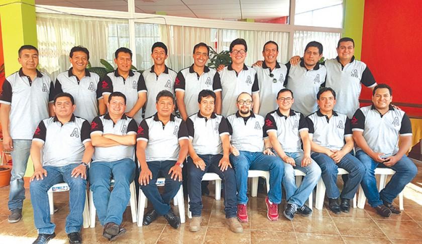 Parados: Gary Arancibia, Wilber Terán, Juan José Rivera, Orlando Urquizu, Gustavo Haase, Luis Ávila, Luis La Fuente, Ibe