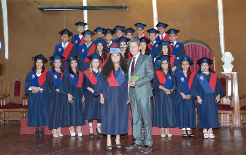 Entrega de reconocimiento al padrino de la promoción Dr. Freddy Espada R.