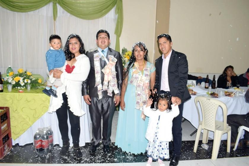 Cristopher, Rosario Cardozo, Álvaro y Álice junto con los novios.