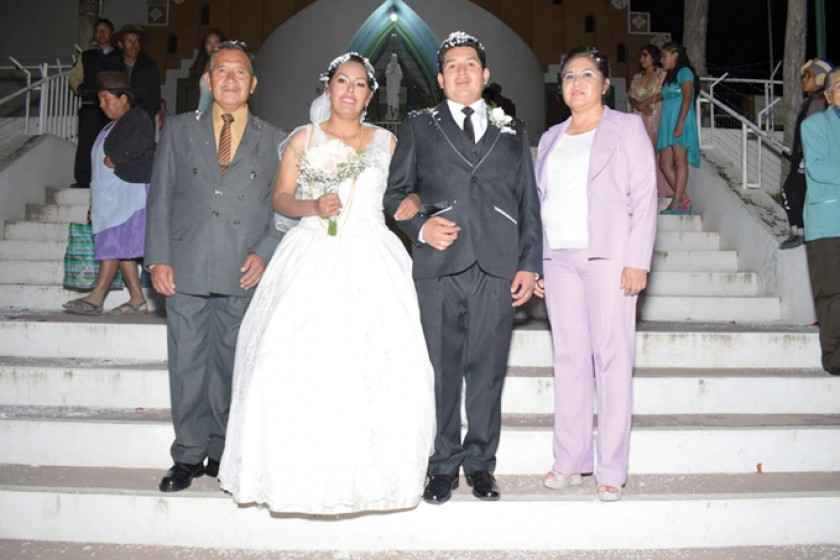 Félix Cardozo Zambrana y Litzy Cardozo D. junto con los novios.