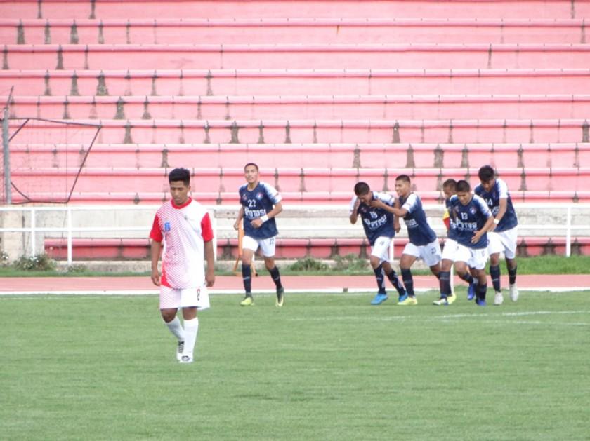 Las selecciones de Chuquisaca y Potosí disputaron ayer partidos entretenidos en el estadio Patria.