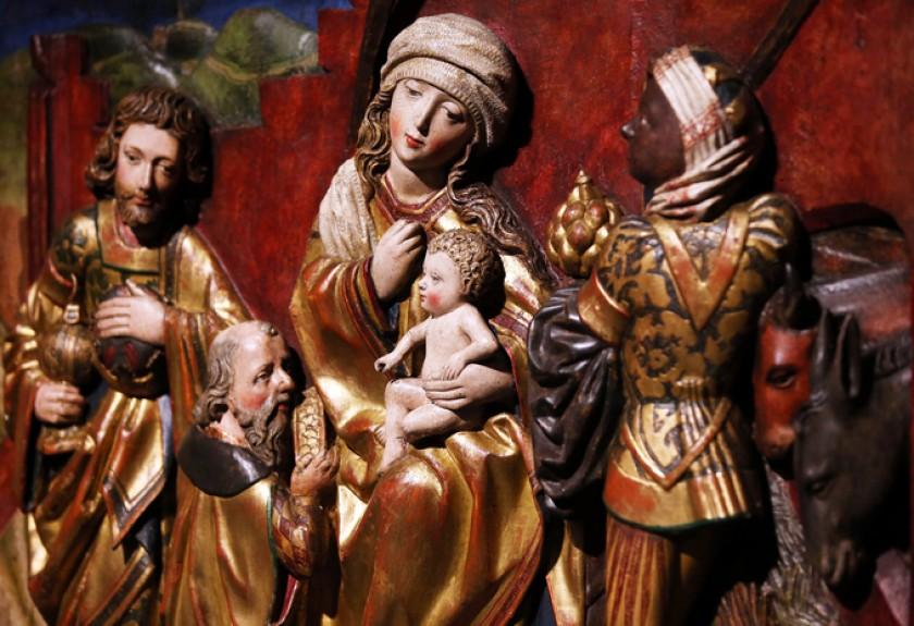 Detalle de una pieza medieval que muestra una representación de los Tres Reyes Magos junto a la virgen María con el niño