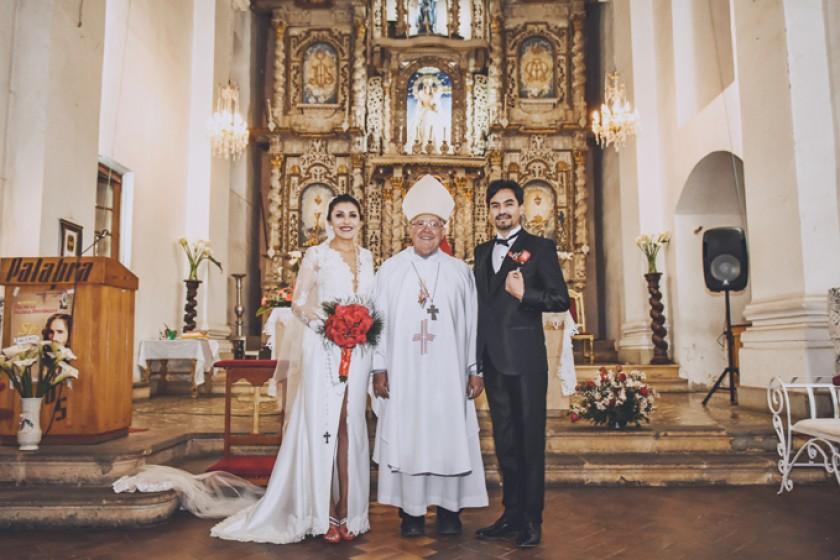 Rosa Pórcel Molina, monseñor Jesús Juárez e Iván Salinas Ovando, en el templo de San Lázaro