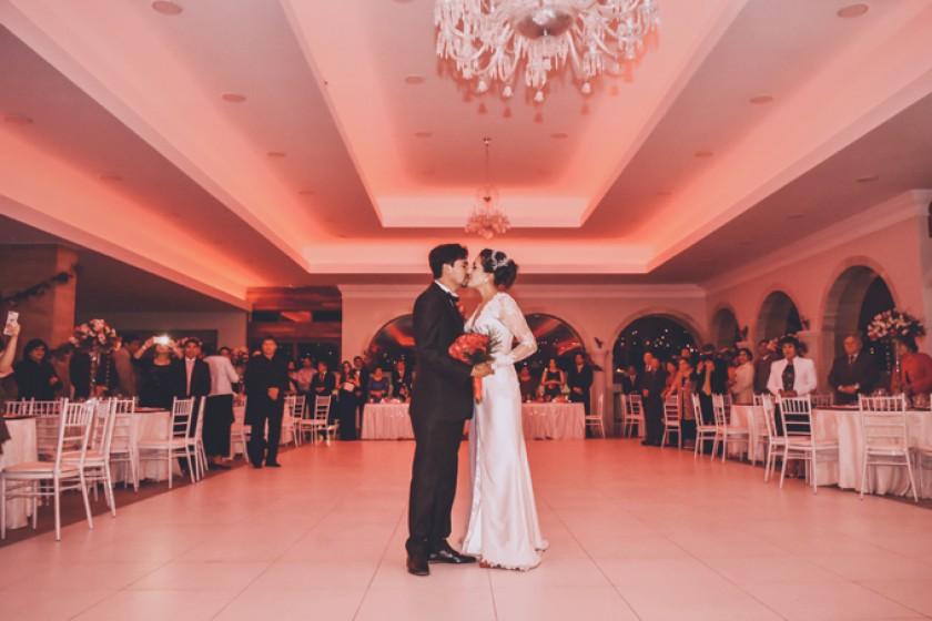 """Los novios bailan el clásico vals """"Desde el Alma"""", interpretado por el artista Gustavo Orihuela, en el Salón de Eventos"""
