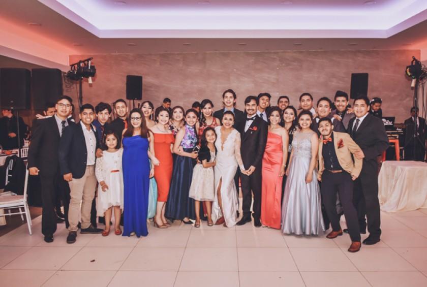 Los novios con los primos hermanos de la novia