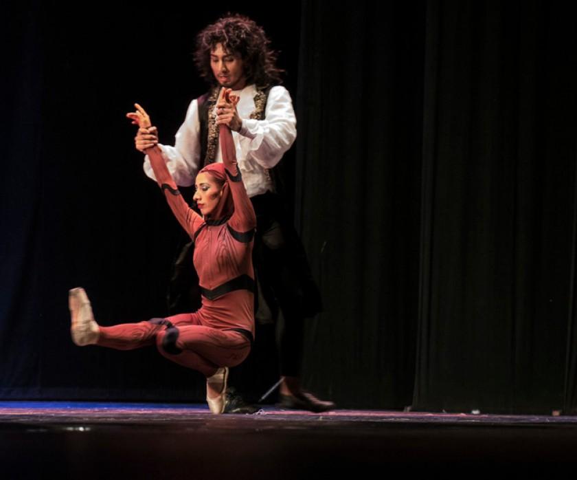 En el escenario danza Ana Belén Arancibia.