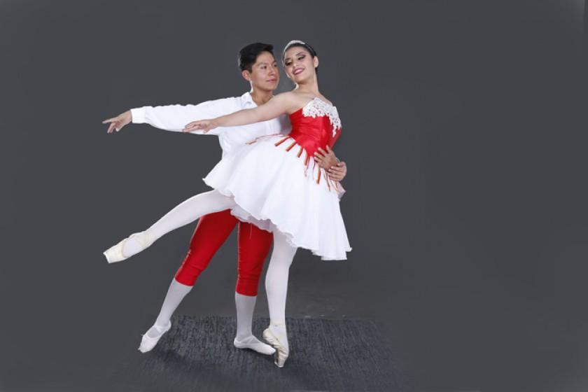 Mayte Quiroz Mostacedo es la traviesa Swanilda y Mauricio Sullcata Gaspar representa a Franz, su novio.