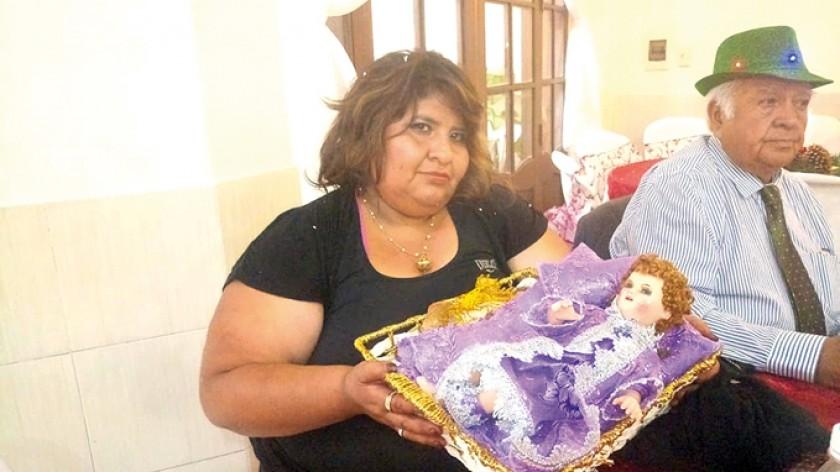 Paola Poveda junto con el Niño Jesús.