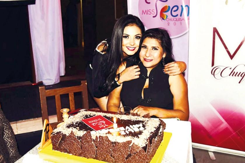 Elena Romero, Miss Chuquisaca 2018, y Maritza Blanco, directora regional de Promociones Gloria.