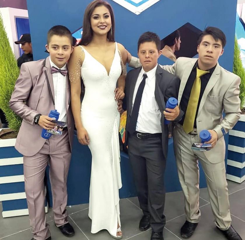 Miss Chuquisaca junto a los modelos con capacidades diferentes de la Academia de Reinas.