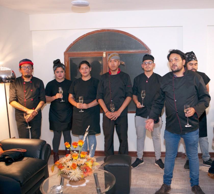 El chef Juan Pablo Gumiel brindó junto a su equipo y familiares.