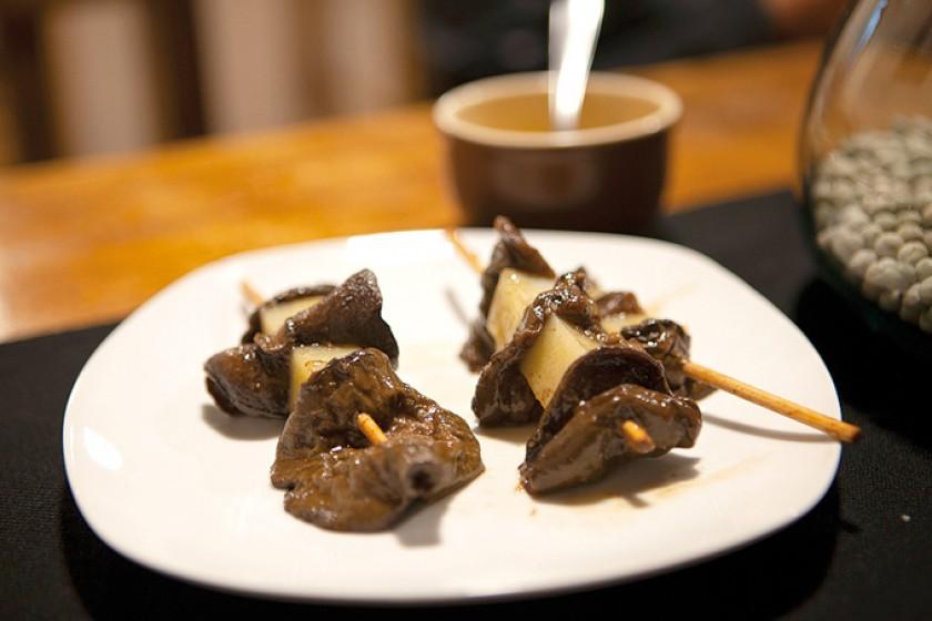 Algunos de los bocaditos especiales, Anticucho de hongo silvestre adobado con especias y pasado por parrilla con salsa d