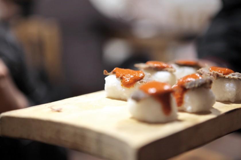 Ejemplo de algunos deliciosos platos exóticos, Nigiri, arroz con lengua ahumada y ají colorado con especias.