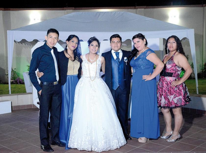 Algunos amigos de la novia: Jared Flores, Karen Gonzales, Indira Murillo, José Luis Machaca, Maribel Maldonado,  Danitza