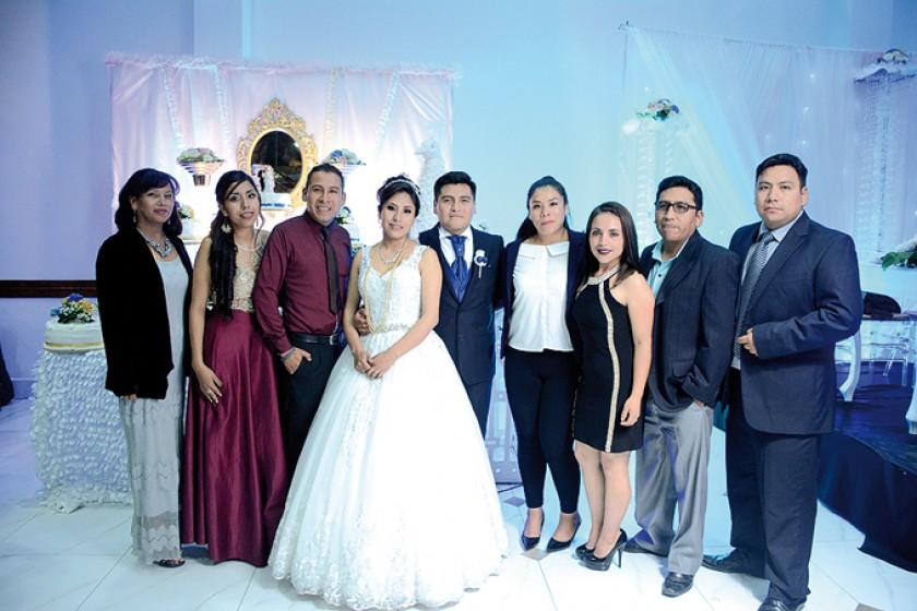 Algunos amigos del novio: Karina Pareja, Fabiola Gonzales, Luis Miguel Vedia, Indira Murillo, José Luis Machaca, Ana Mar