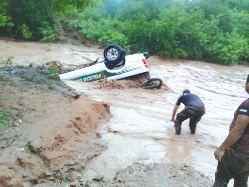 HUACAYA. Una patrulla fue arrastrada por la riada.
