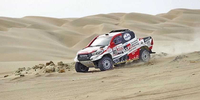 El piloto qatarí Nasser Al-Attiyah (i) al mando de su Toyota Hilux y Toby Price junto a su KTM están cerca de consagrars