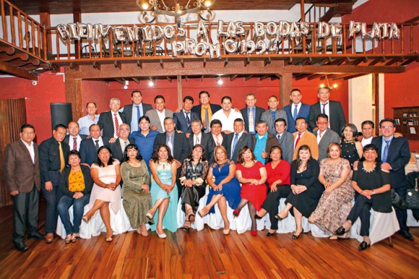 """Promoción 1994 """"Dr. Clive Herrera Ríos"""" en la fiesta de gala."""