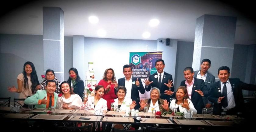 Parados: Jhomara Escobar, Teófila Malaber, Corina Rosales, Prima Mara, Hernando Molina, Sergio Alaca, Franklin Salazar,
