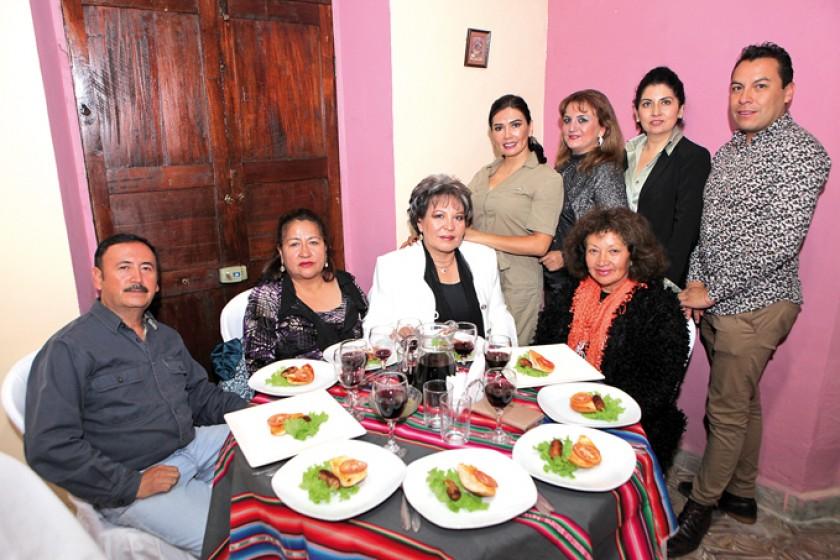 Sentados: José Antonio Espada, Rossmary Espada, Sonia Avilés y Fátima Padilla. Parados: Aida Loayza, Ximena Valda, Analy