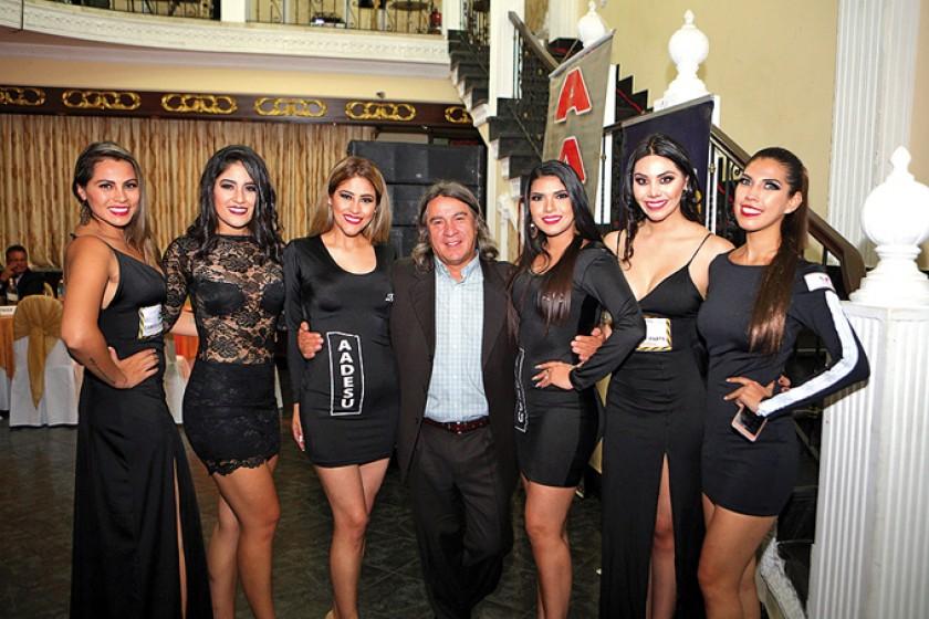 Orlando Careaga junto a las modelos que realzaron la noche.
