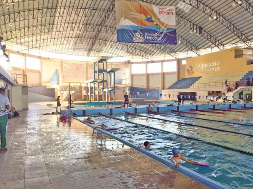 La piscina de El Rollo fue uno de los escenarios visitados por las federaciones nacionales; al lado, las inspecciones qu