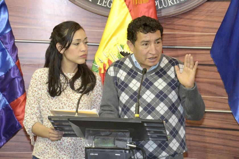 Ex Defensor se va y oposición recuerda al MAS que lo eligió