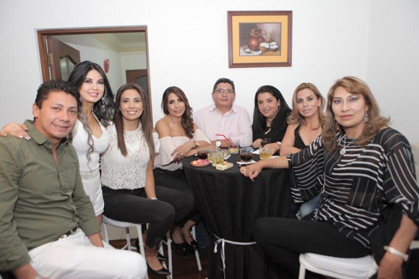 Pablo Arízaga, Tati Zárate, Ximena Solis, Sandra Cabrera, Gonzalo Flores, Paula Zárate,  Leticia Soruco y Gabriela Terce